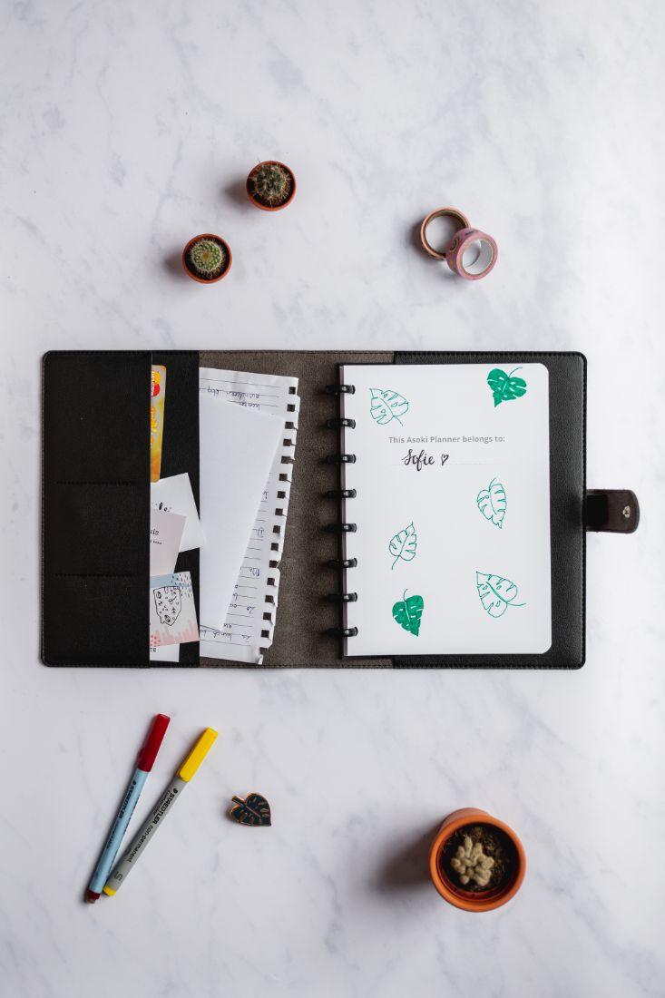 Wiederverwendbarer Asoki Planer mit veganer schwarzer Hülle und Fächern für Zettel