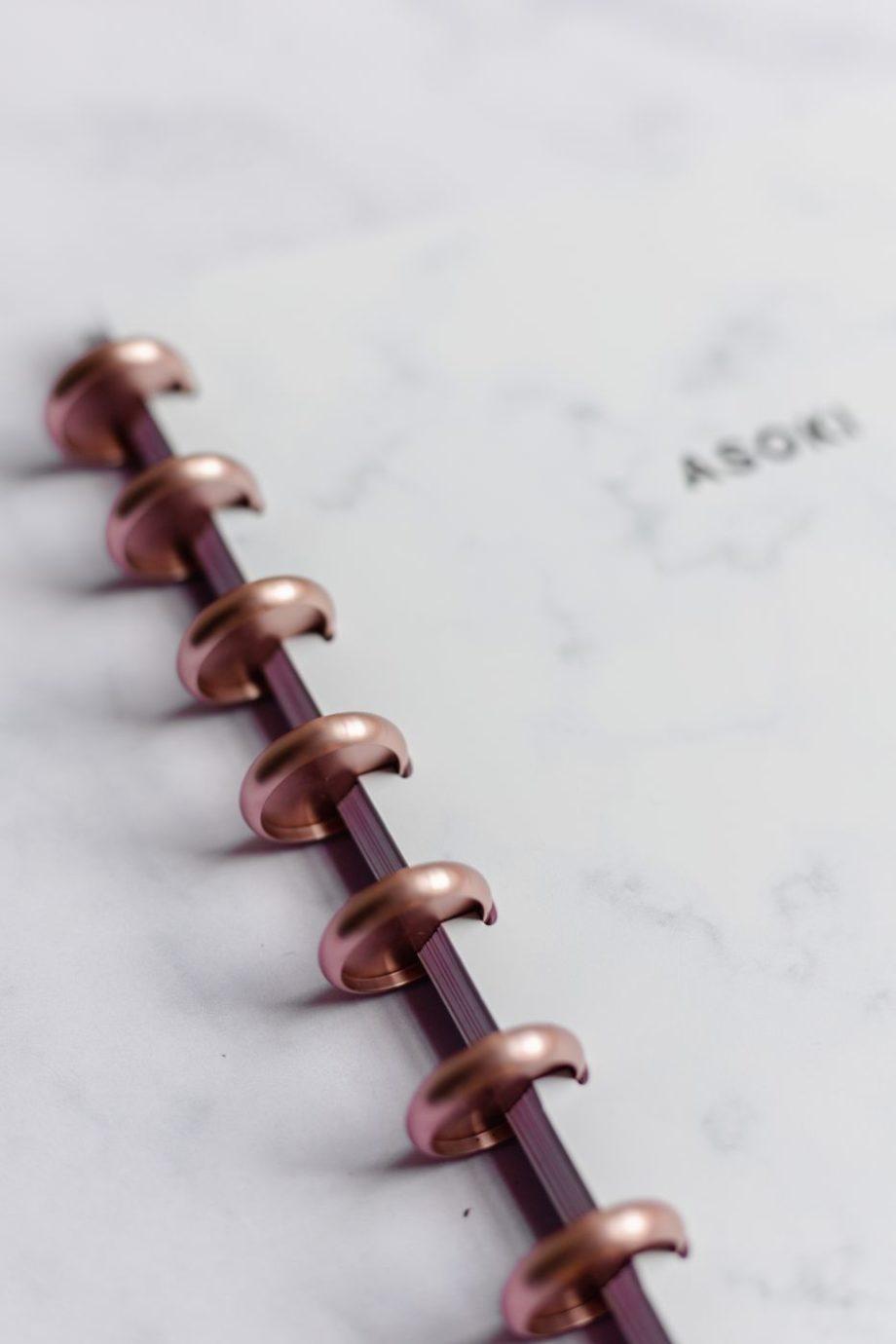 Asoki Planer mit weißem Marmor Cover und roségoldener Ringbindung