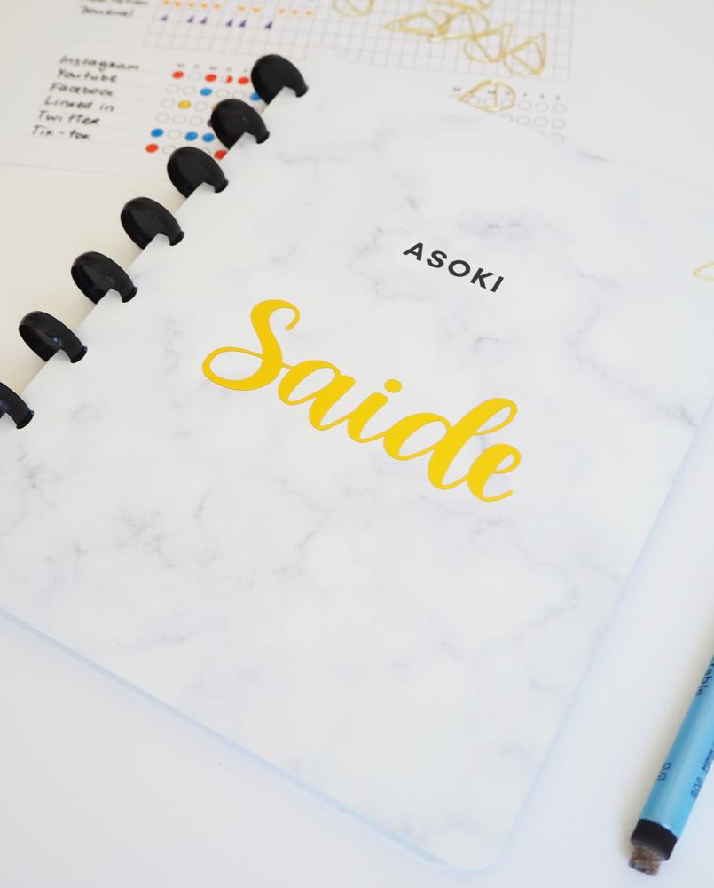Asoki Planer mit weißem Marmor Cover und personalisierten Namenssticker