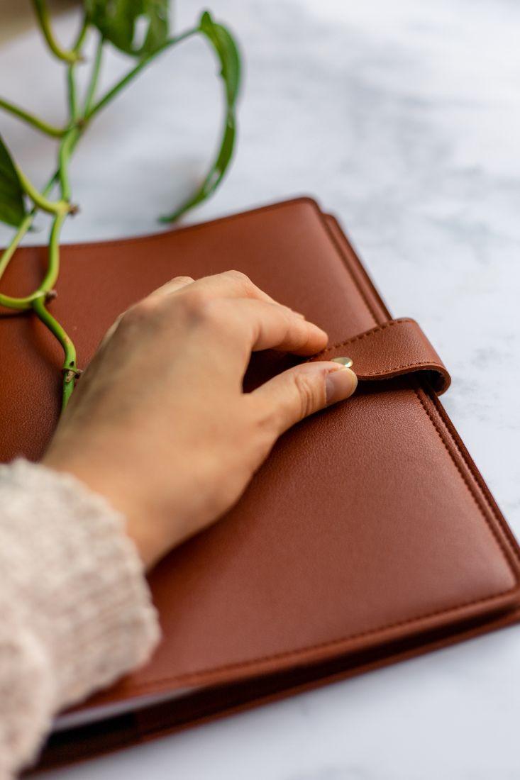 Braune vegane Lederhülle für Notizbücher im A5 Format mit Druckknopfverschluss