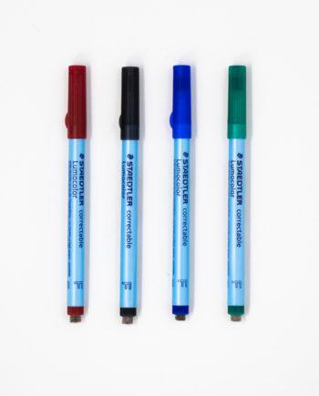 Vier Stifte in den Farben rot, schwarz, blau und grün mit Filzradierer am Ende