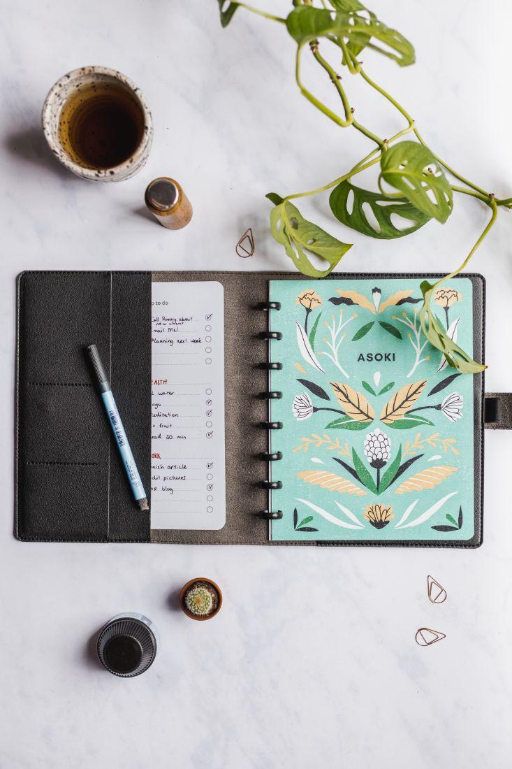 Wiederverwendbarer Asoki Planer mit wunderschön illustriertem Cover im Blumendesign und einer schwarzen Hülle