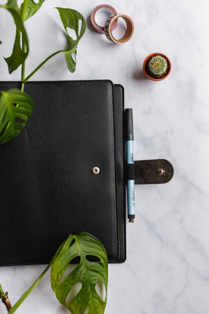 Notizbuchhülle aus veganem Leder und Druckknopfverschluss
