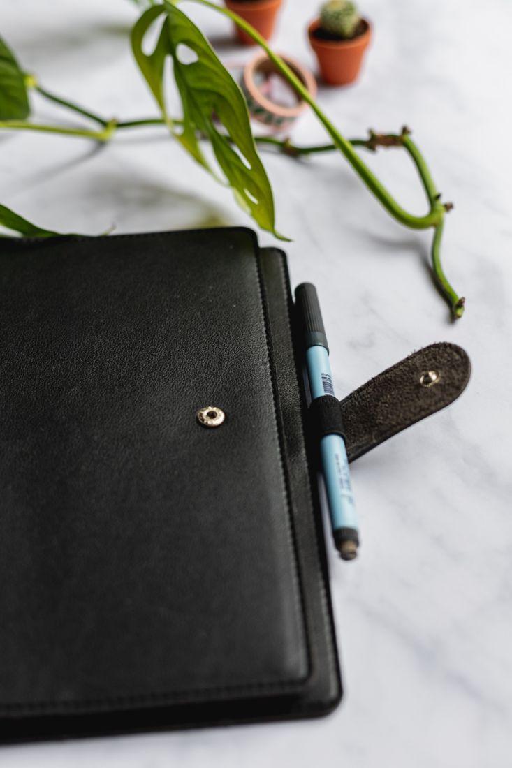 Hülle für den wiederverwendbaren Asoki Planer in schwarz mit Druckknopf und Stiftschlaufe