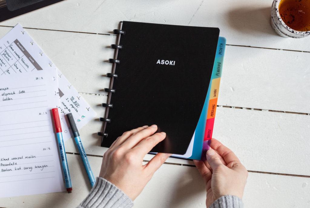 Wiederverwendbare notizbuch schwarz mit tabs