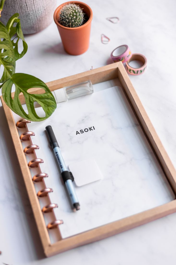 Wiederverwendbares Notizbuch mit weißem Marmor-Cover, roségoldener Ringbindung in einer Pappbox