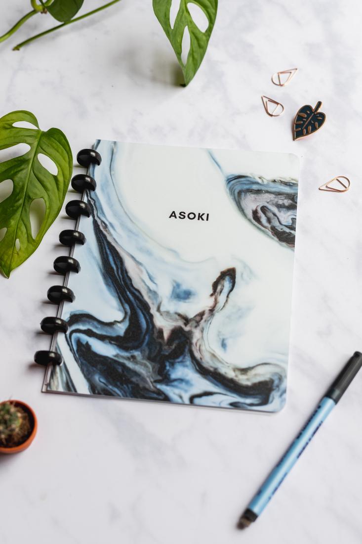 Asoki Planer mit blau marmoriertem Cover und schwarzer Ringbindung, wiederverwendbar und langlebig