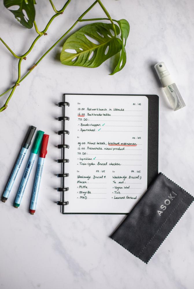Löschbarer und wiederverwendbarer Kalender, Staedtler Stifte und Tuch zum Entfernen der Tinte