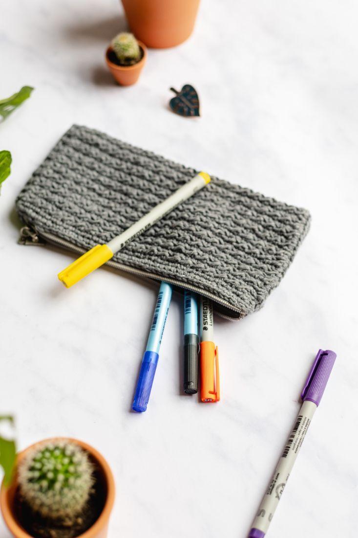 Flache Tasche in grau für Stifte, hergestellt in Europa